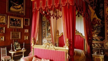 Queen victoria four poster bed